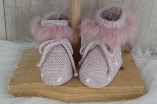 Baby knitted shoe with fur decoration
